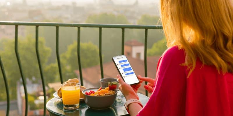 iPhone de mensajes de texto de mujer